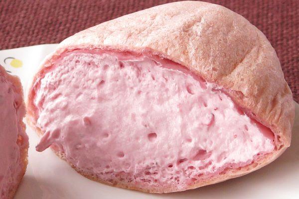 いちごミルク色のクリームがみっしり詰まっています。