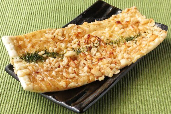 長方形の薄焼きもち食感ピザ生地にソースは和風の出汁仕立て。