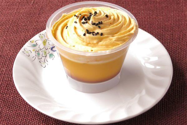渦を巻くように絞られた、黄金色の安納芋クリーム。