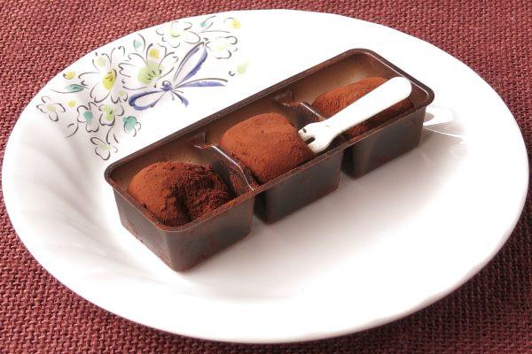 一口サイズの丸いお餅にココアパウダーがまぶされています。