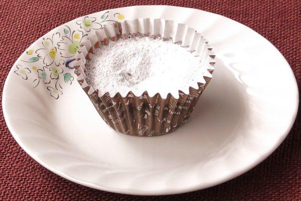 グラシンカップにおさまった、チョコレート色の生地。