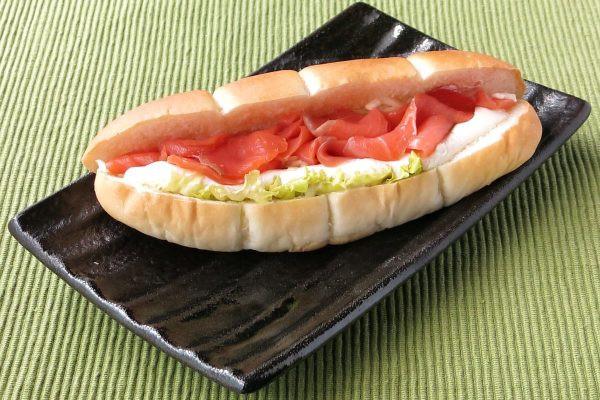 くびれの入ったロールパンに、サーモンやチーズ、野菜をサンド。