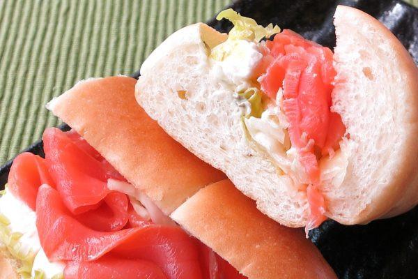 パンを押しのける勢いのサーモンとチーズ。