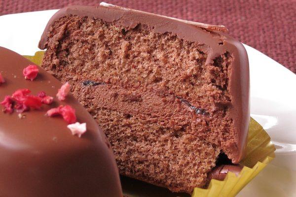きめ細かいチョコスポンジの間にチョコムース、さらにその間にラズベリーソースが挟まれています。