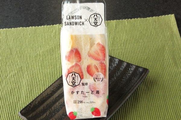 八天堂監修のミルキーなカスタードクリームを、苺3粒半とともにサンド。