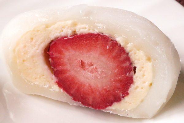 お餅とカスタードの中から真っ赤な苺が現れて、まるで日の丸のよう。