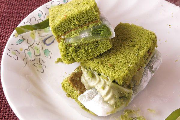 ぎゅうひにくるまれて、ひときわ濃い緑の抹茶ソース。