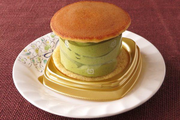 直径と変わらないほどの高さがある抹茶クリームをどら焼き生地でサンド。