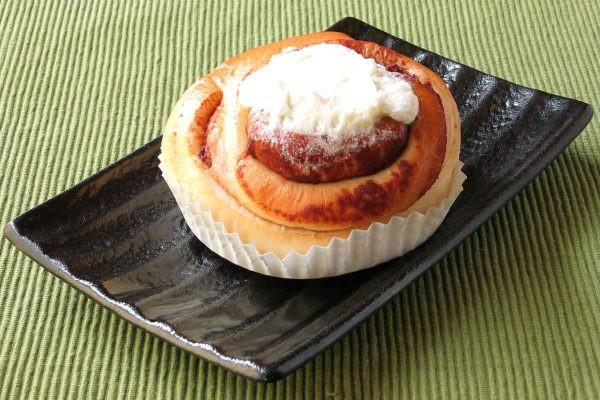 渦巻き状のパンの上に、チーズクリームがトッピングされています。