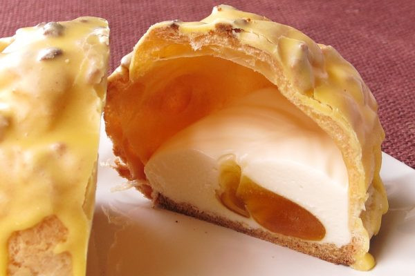 しっかりした皮の中にはチーズクリームと、半透明のアプリコットソースが入っています。