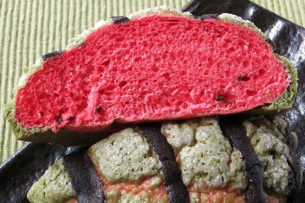 スイカそっくりの赤い内生地、種を模したチョコチップ入り。