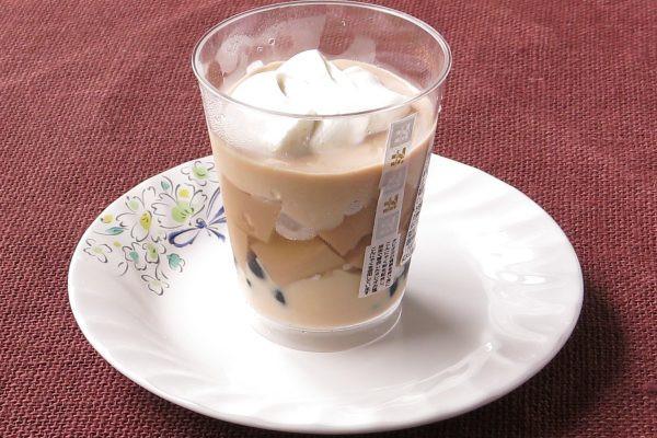 カップの中にはミルクティー色のゼリーとムース。