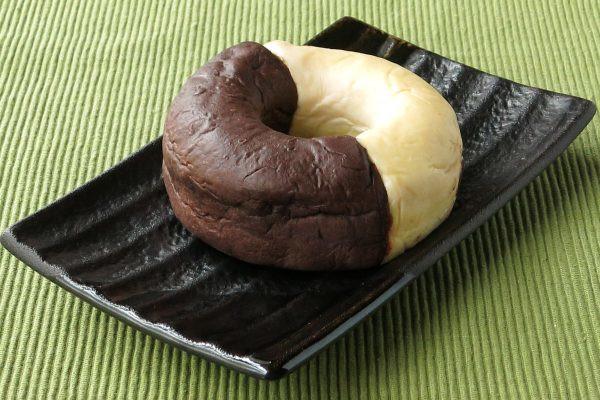 半分はバナナ色、もう半分はチョコ色のドーナツ形。