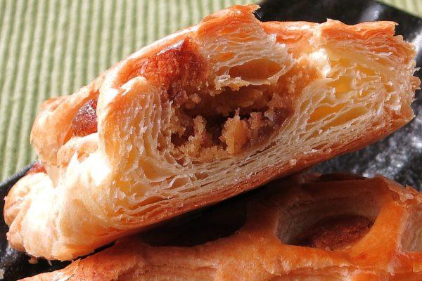 薄い層が折り重なるパイの中に、しっとり茶色のキャラメルケーキ。