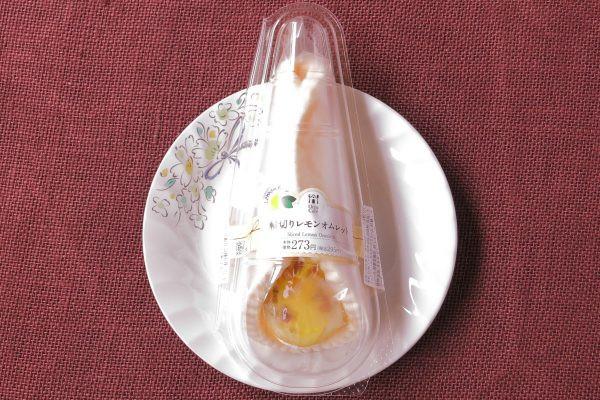 レモン風味カスタード、ヨーグルトクリーム、レモンソースをもちもち生地で包み、アーモンドとレモンスライスをトッピングしたオムレット。