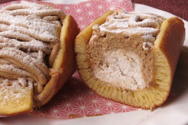 白いマロンホイップが、どら焼きとモンブランクリームに包まれています。