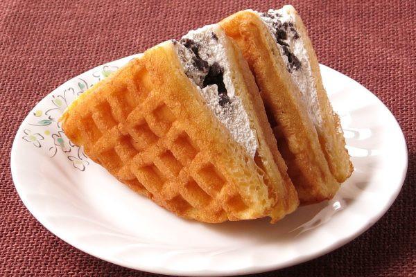 格子模様の丸いワッフル1/4を二枚でクリームをサンド。