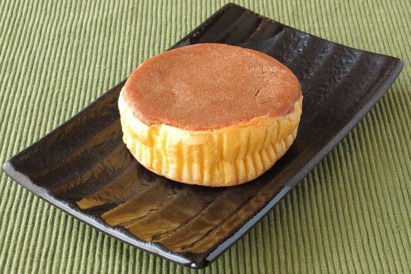 分厚い円盤型の黄色いパンに、厚手の茶色いクッキー生地が乗っています。