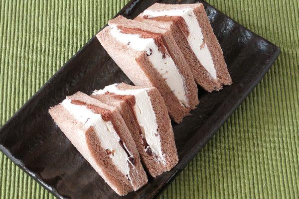 ホイップの中にはチョコチップやナッツ、チョコムースの外側にはチョコクリームも。