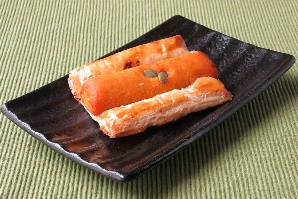 四角いパイ生地に、円筒状のかぼちゃ餡をのせて焼き上げてあります。