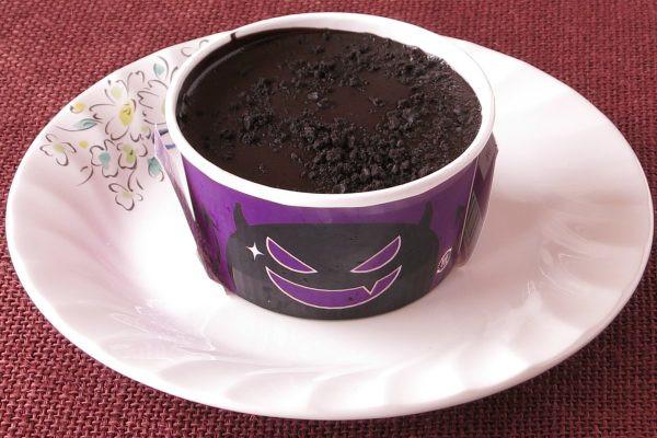 表面はチョココーティングされ、チョコクッキーがちりばめられています。