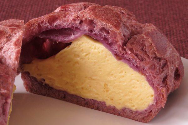 紫の皮の中には黄金色のクリーム。