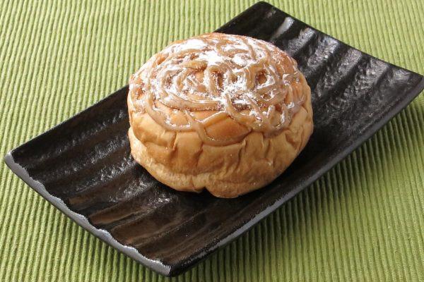 丸いパンの上面に、毛糸の束のようにマロンペーストが絞ってあります。
