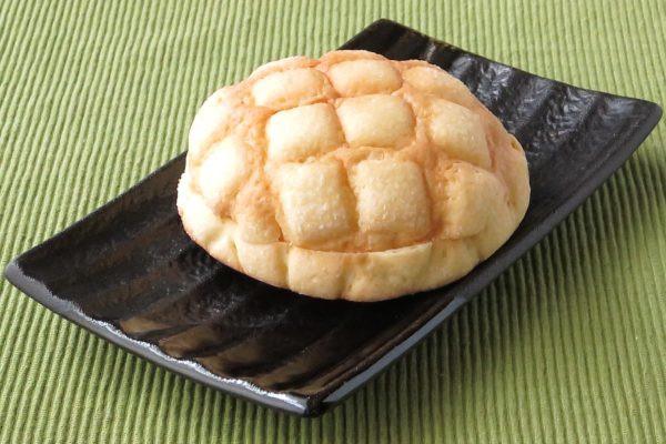 格子の刻み目がつけられた、定番スタイルのメロンパン。