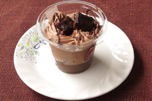 カップ一面にチョコホイップが絞られています。