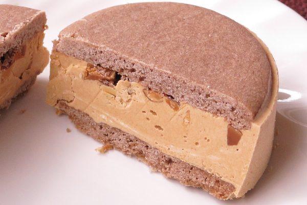 クリームとクッキーの間には大粒の飴掛けアーモンド。