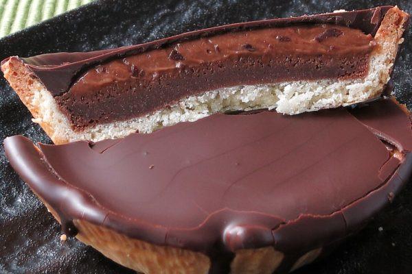 コーティングの下にはチョコクリーム、そしてチョコ生地。