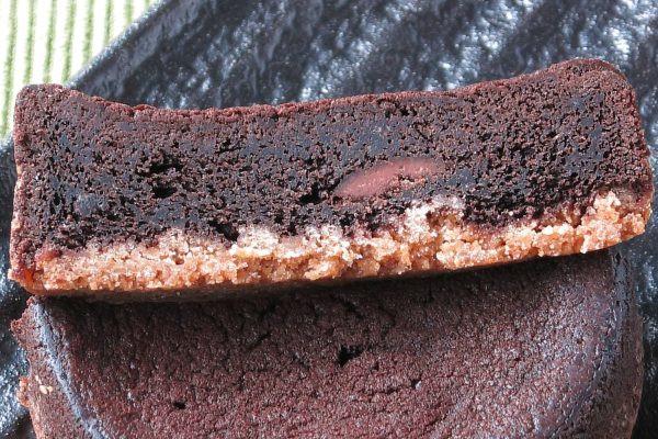 しっとり密なチョコ生地の中に、明るい色のチョコタブレット。