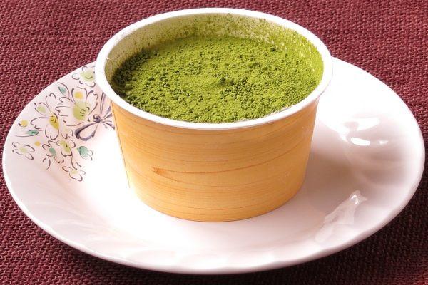 木目調のカップの中は一面の緑。