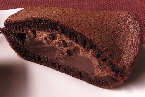 薄皮の中にはチョコチップ入りホイップと、平たいチョコプリン。