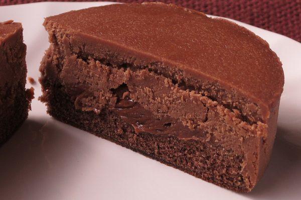 ミルクチョコとダークチョコのような2段生地の間に、とろりとしたチョコクリーム。