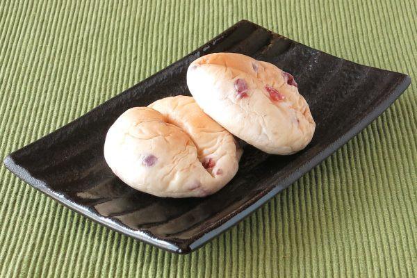 ベリーが混ぜ込まれた丸いパンの真ん中に1本、くびれがつけられています。