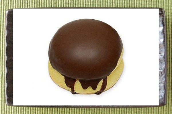 なめらかなカスタードをカスタード風味の生地に詰め、カラメル風味のチョコを掛けてプリンのように仕立てた菓子パン。