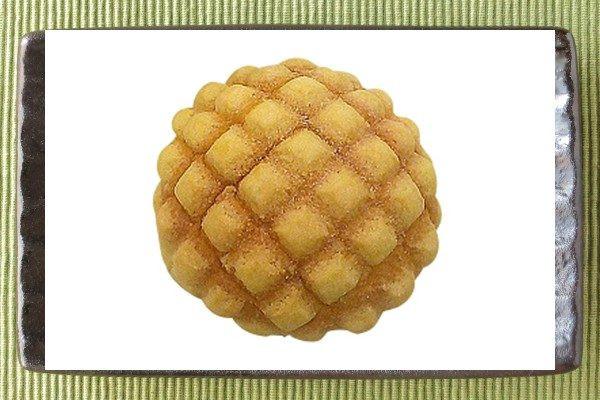 きめ細かく口どけよい生地にサクッとビスケットのような生地をかぶせた、欧州産発酵バター使用のメロンパン。