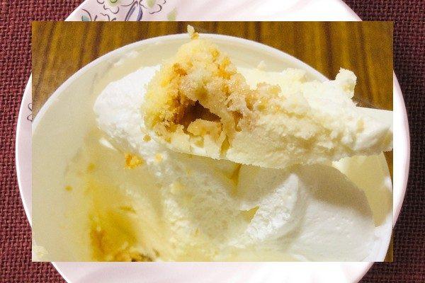 クリーム、ムース、メレンゲの真っ白3種チーズクリームの下に、ザクザククランチが敷いてあります。