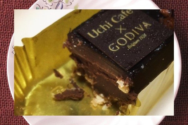 ビスキュイを土台に、濃密なショコラ生地を重ねた直方体のケーキ。