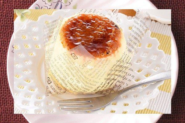 厚手の生地を2枚重ねてカスタードで覆い、天面を香ばしくブリュレしたパンケーキ。