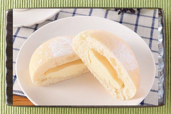 打ち粉をかぶった丸い白パンという外観。