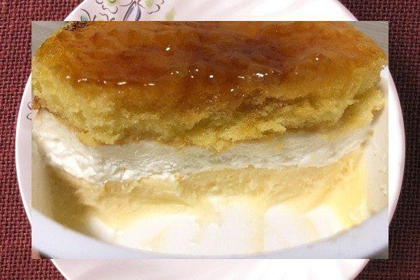 白いカップに収まり、表面をカラメリゼされたチーズケーキ。