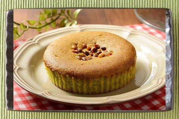ピスタチオペーストを、アーモンドプードル配合生地に練り込んでピスタチオをトッピングしたケーキ。