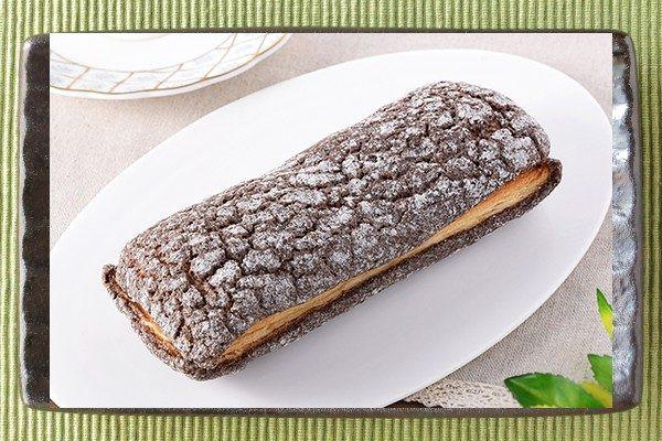 チョコクリームを、チョコ味のクッキー生地をかぶせたデニッシュでサンドしたパン。