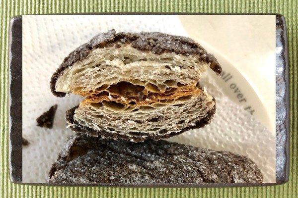 チョコクッキー生地でくるまれた、短冊形のデニッシュ。
