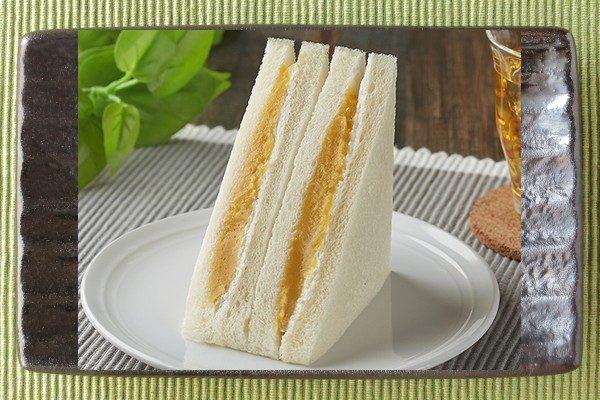 黄金色の安納芋ペースト入りのサンドイッチ。