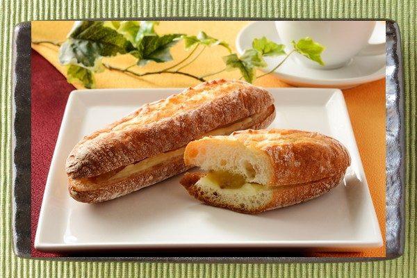 鹿児島県産安納芋の餡とグラスフェッドバターをサンドした、甘じょっぱいフランスパン。