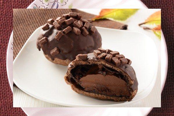 全体がチョココーティングで覆われ、ダイス状の生チョコがちりばめられています。