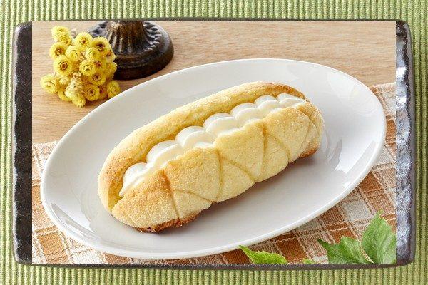 あと味あっさり濃厚ミルクホイップを、コッペパン型のメロンパンにサンド。